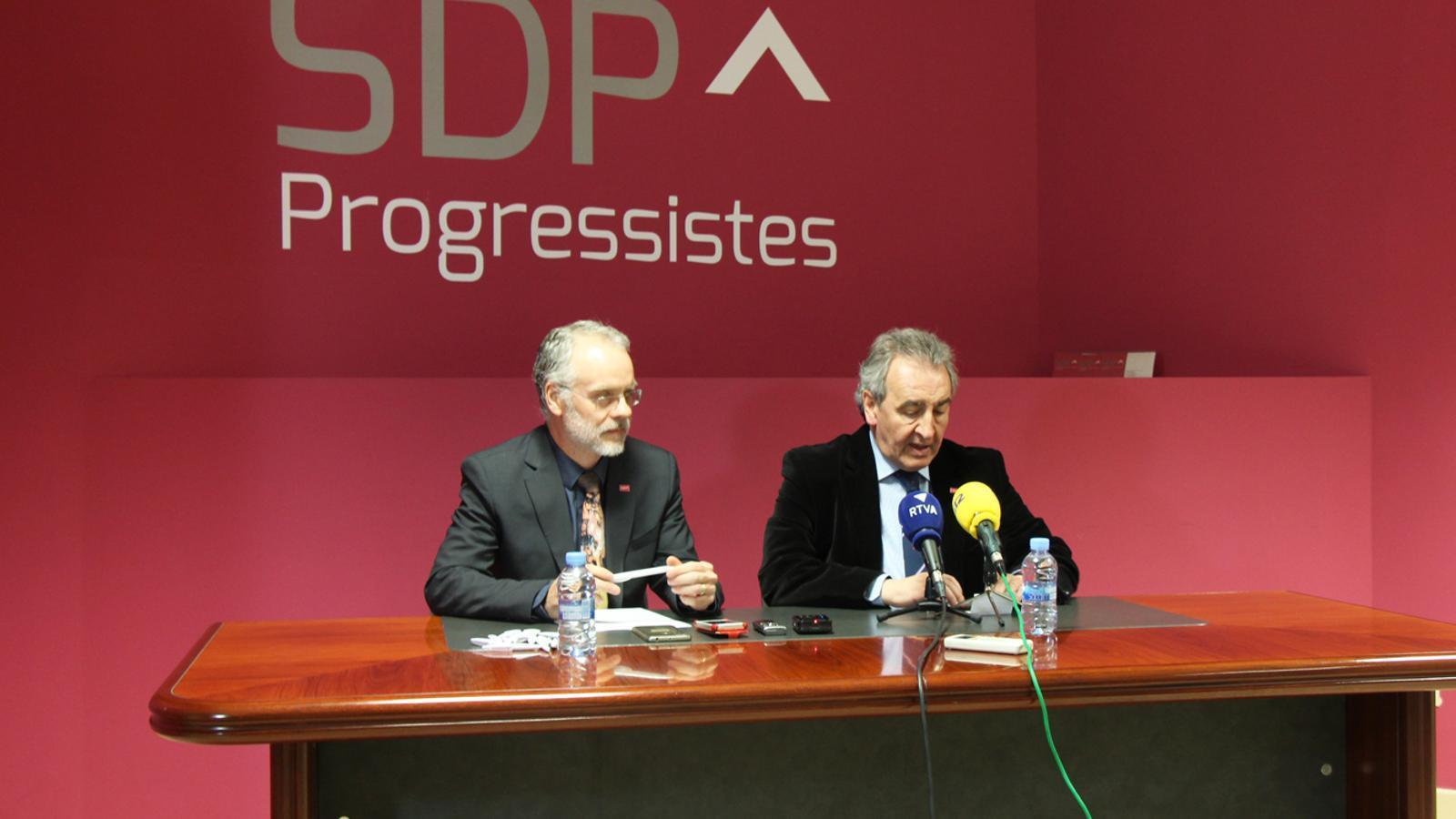 El president d'SDP, Jaume Bartumeu, i el cap de llista nacional, Josep Roig, durant la roda de premsa de la formació celebrada aquest dimarts. / M. P.