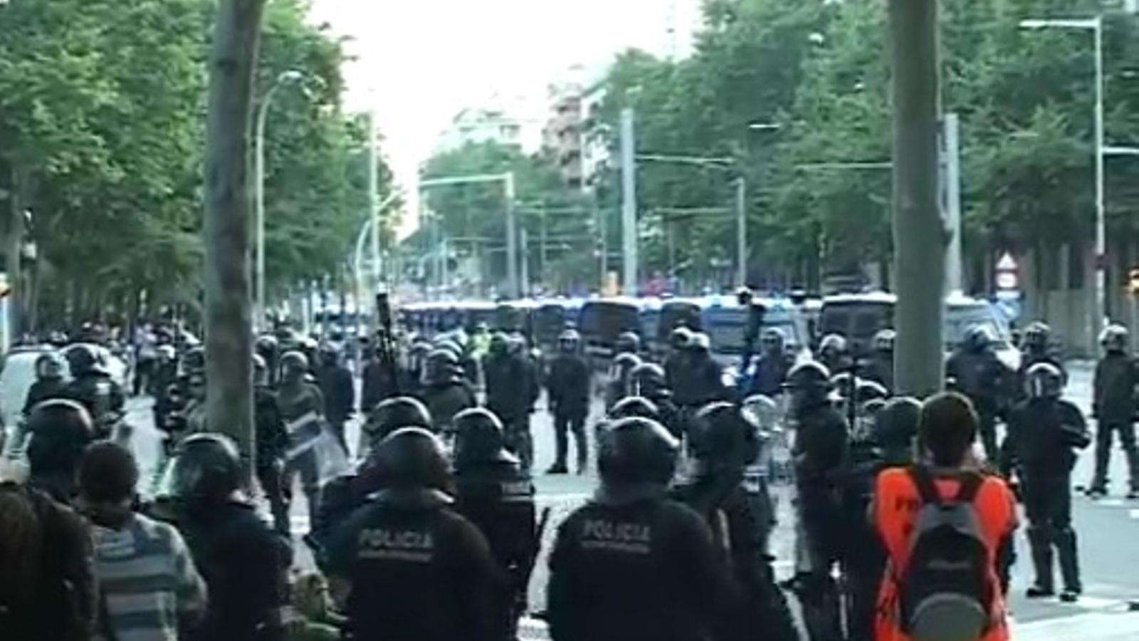 Escenes de tensió entre els manifestants i la policia a les portes del Parc de la Ciutadella