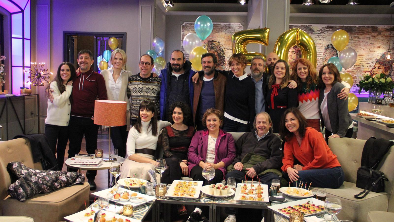 Els protagonistes de 'Com si fos ahir', a la festa del 50è aniversari del Miquel que se celebrarà durant el capítol 500