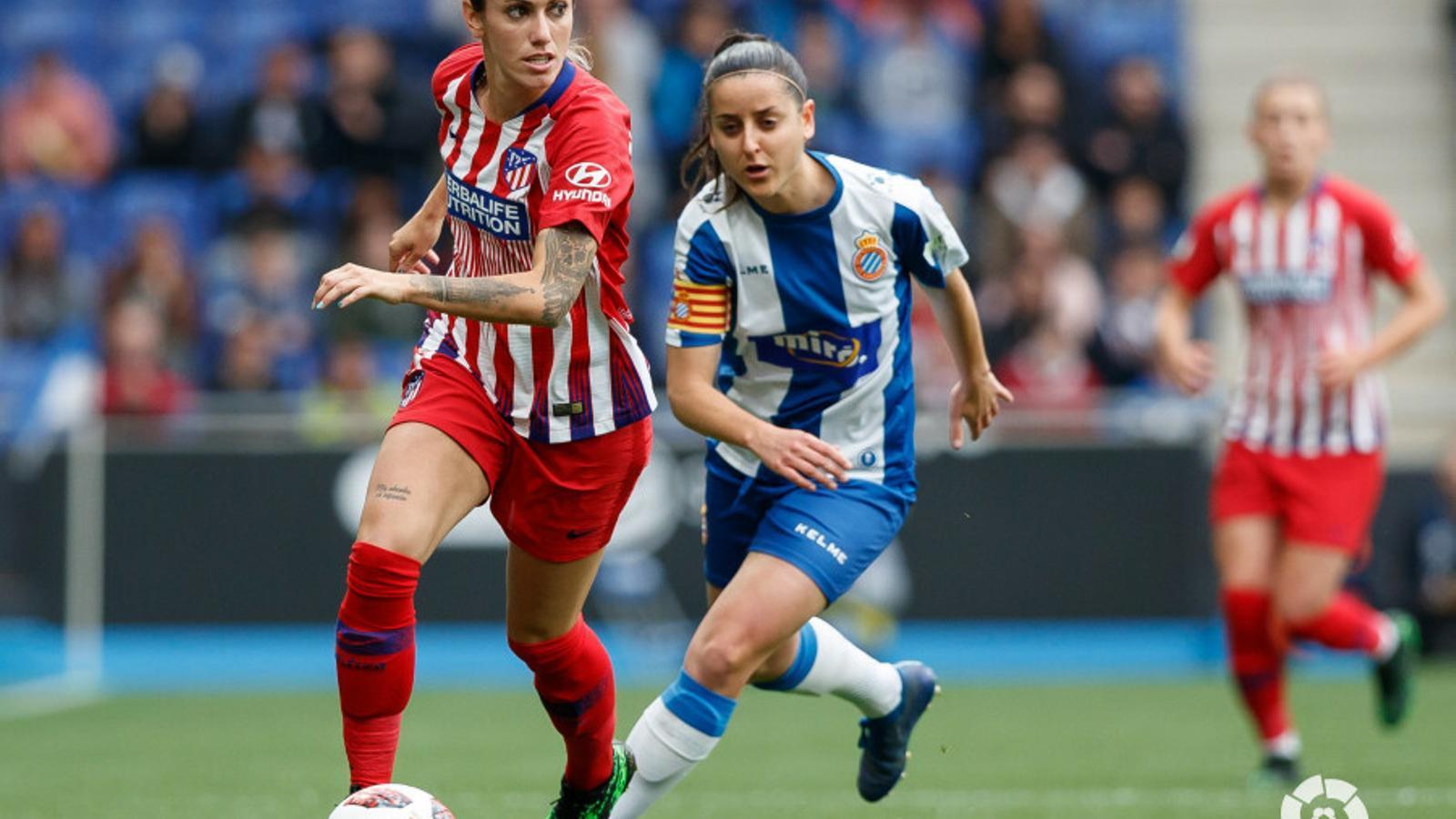 Ángela Sosa i Paloma Fernández, en una acció de l'Espanyol-Atlètic a l'RCDE Stadium