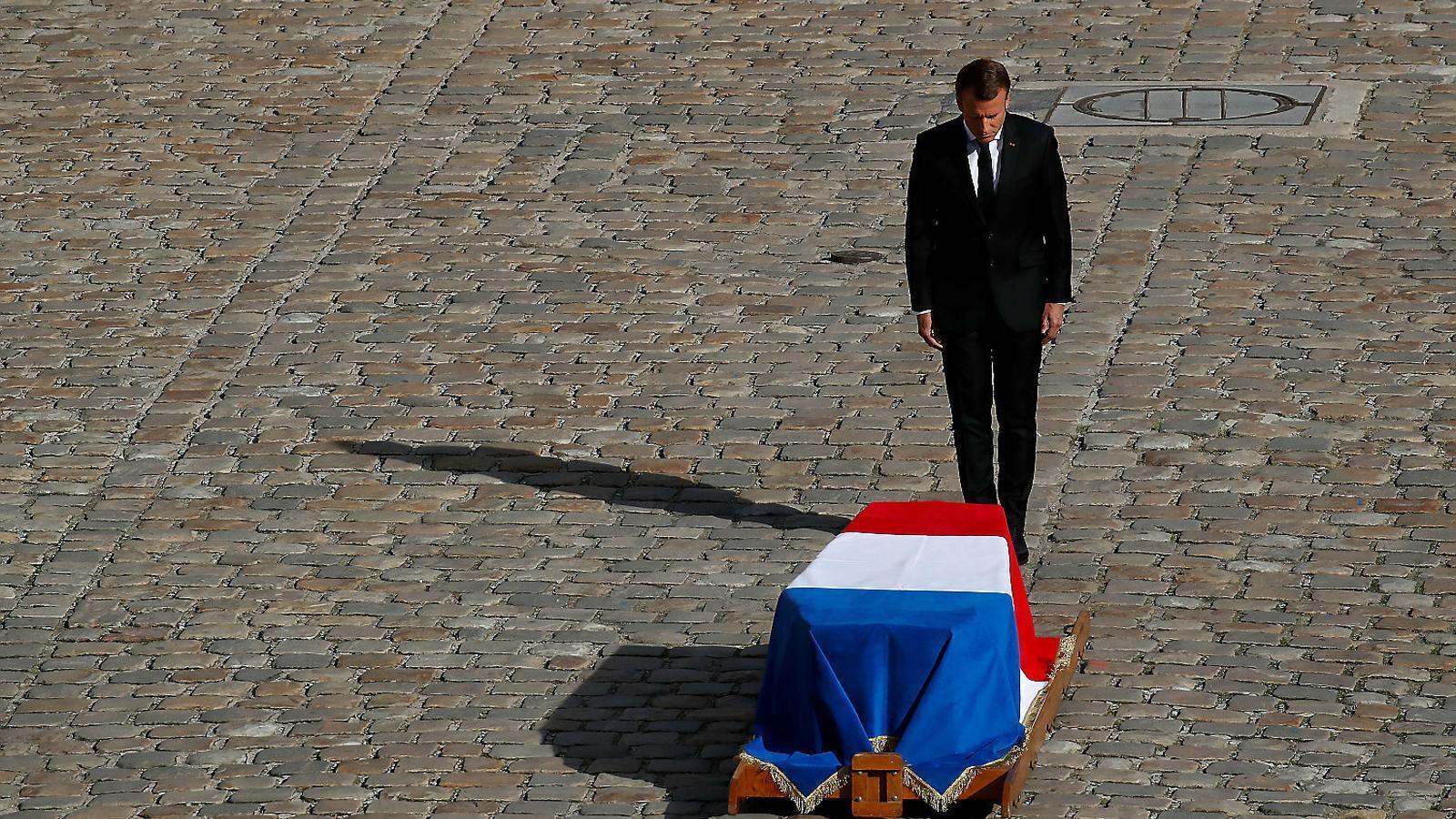 El president de França, Emmanuel Macron, ahir davant del fèretre de l'expresident Jacques Chirac.