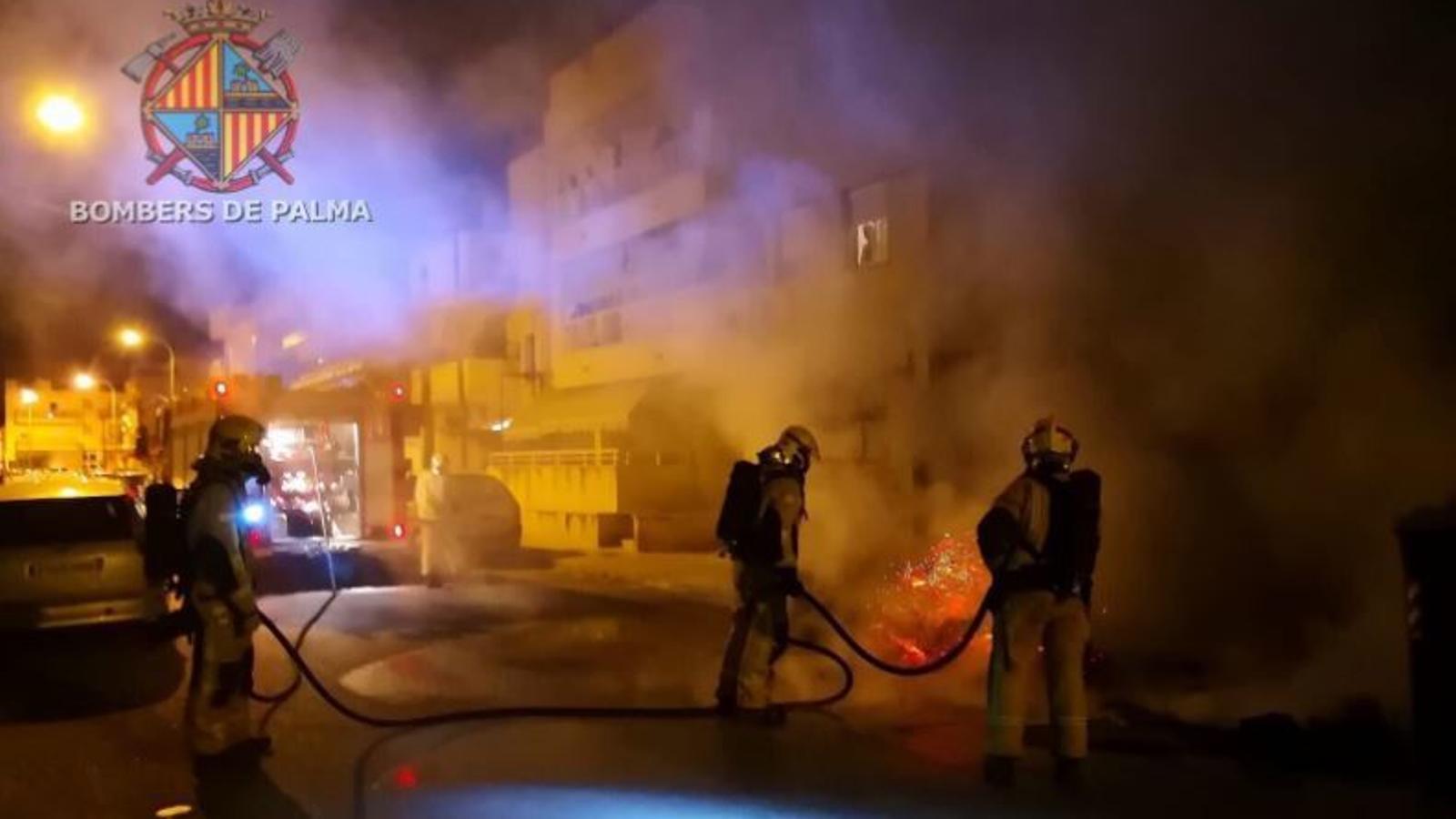 Els bombers apagant el foc del carrer Biniali. / @BOMBERSDEPALMA