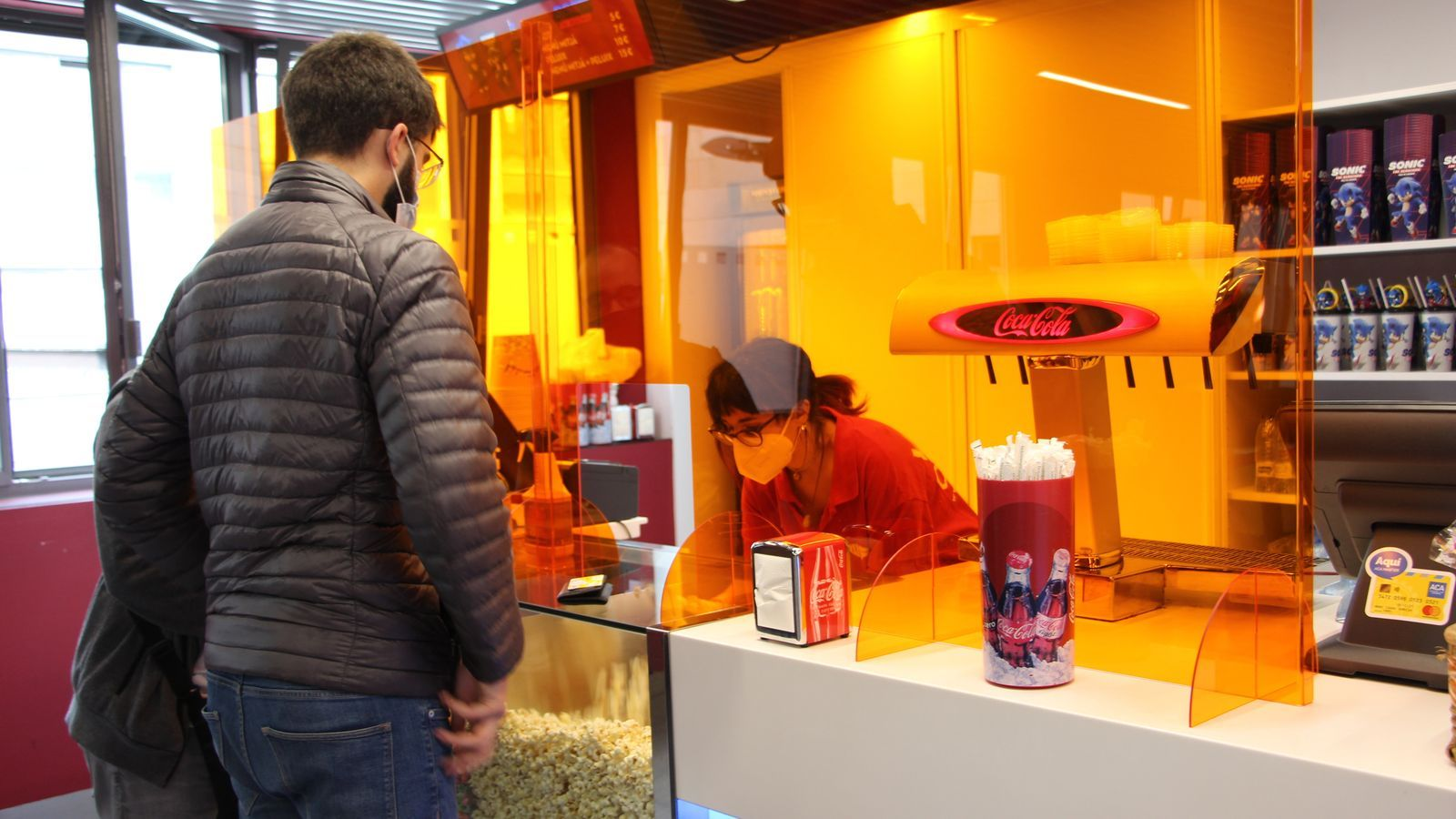 Dos clients comprant crispetes. / A.S.