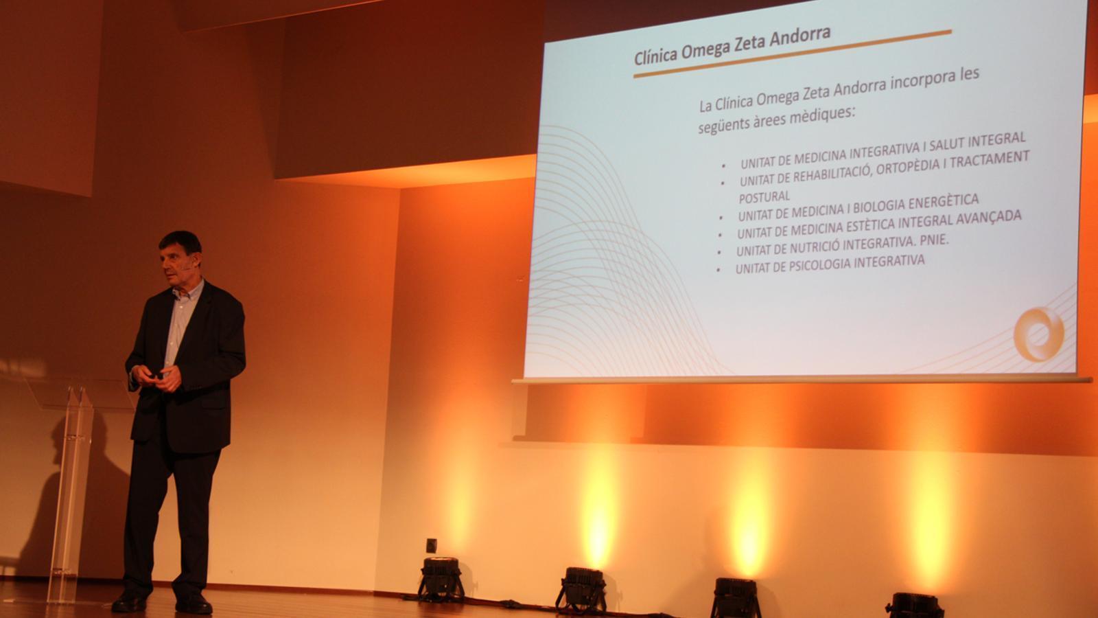 El Dr. Josep Aldosa, director mèdic de la clínica Omega Zeta Andorra, en un moment de la presentació. / L. M. (ANA)