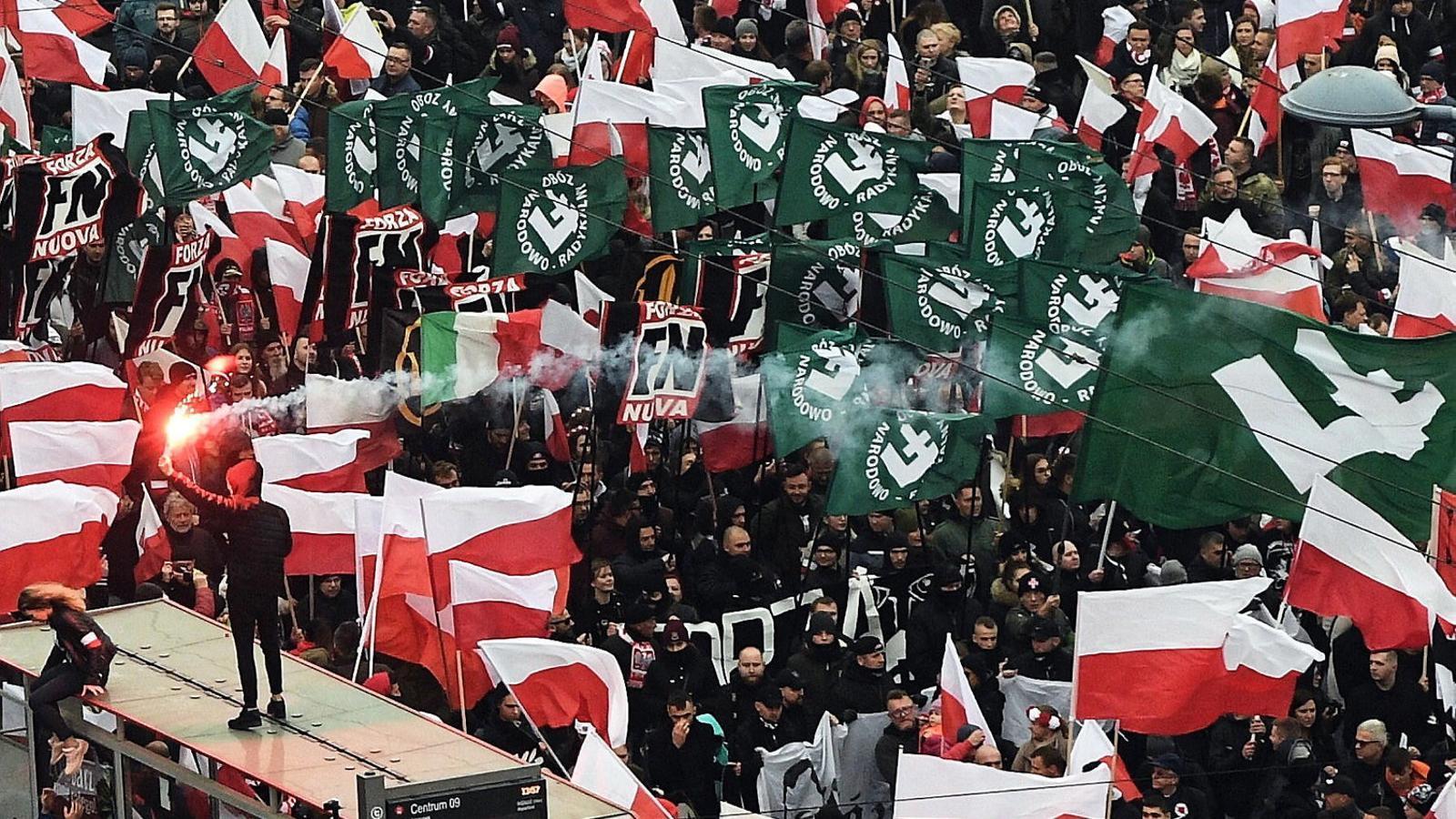 Banderes del grup ultra Camp Nacional Radical a la marxa de Varsòvia. / R. PIETRUSZKA / EFE