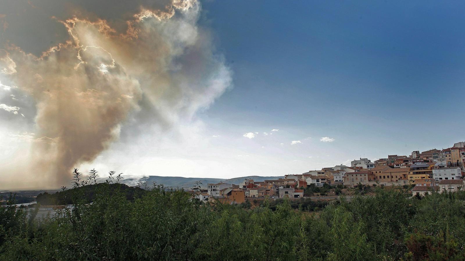L'incendi iniciat a Beneixama, al sud del País Valencià, vist de Banyeres de Mariola