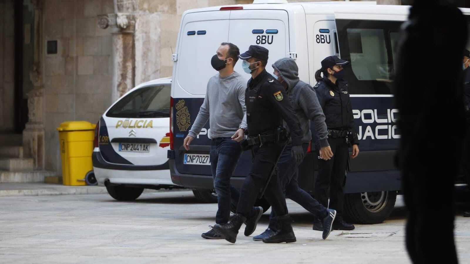 Acusats i policies al pati de l'Audiència de Palma