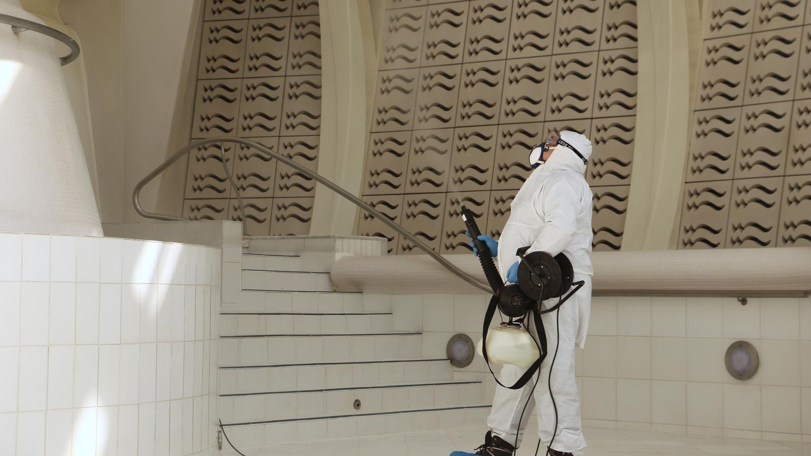 Un operari d'una empresa de neteja desinfecta amb ozó. / A.M. (ANA)
