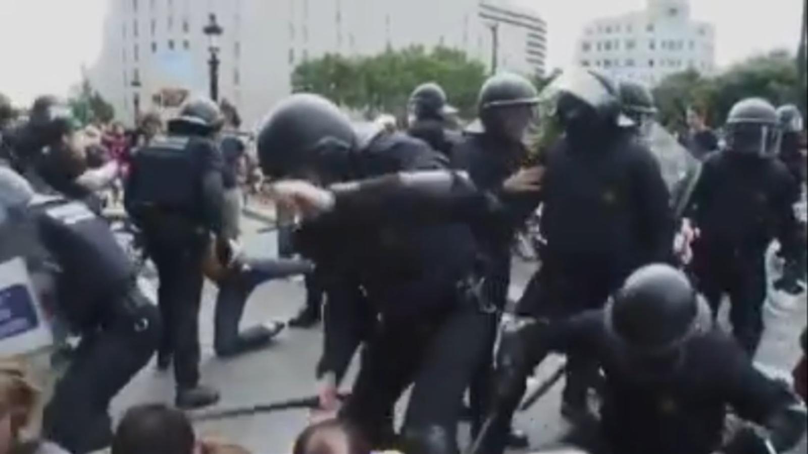 Cops de porra a un grup d'indignats que fan resistència a la plaça Catalunya