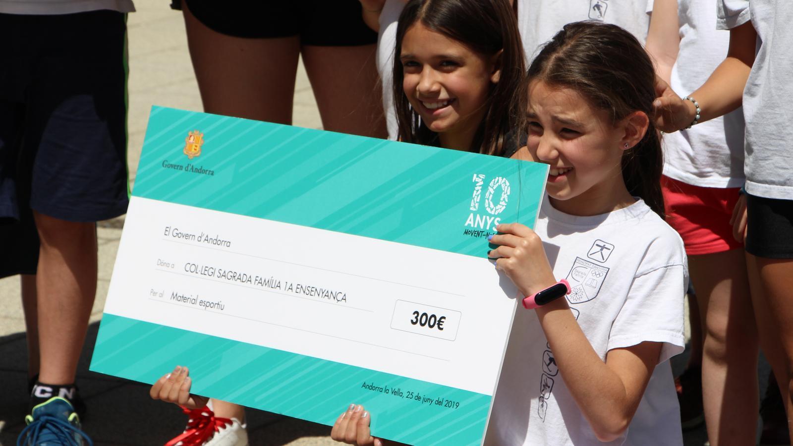 Alumnes del Col·legi Sagrada Família amb el xec de 300 euros que es destinaran a necessitats escolars. / M. R. F. (ANA)