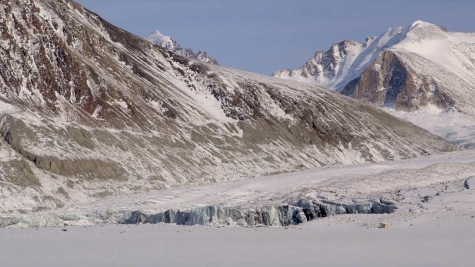 Fotograma de 'Beyond the glacier'