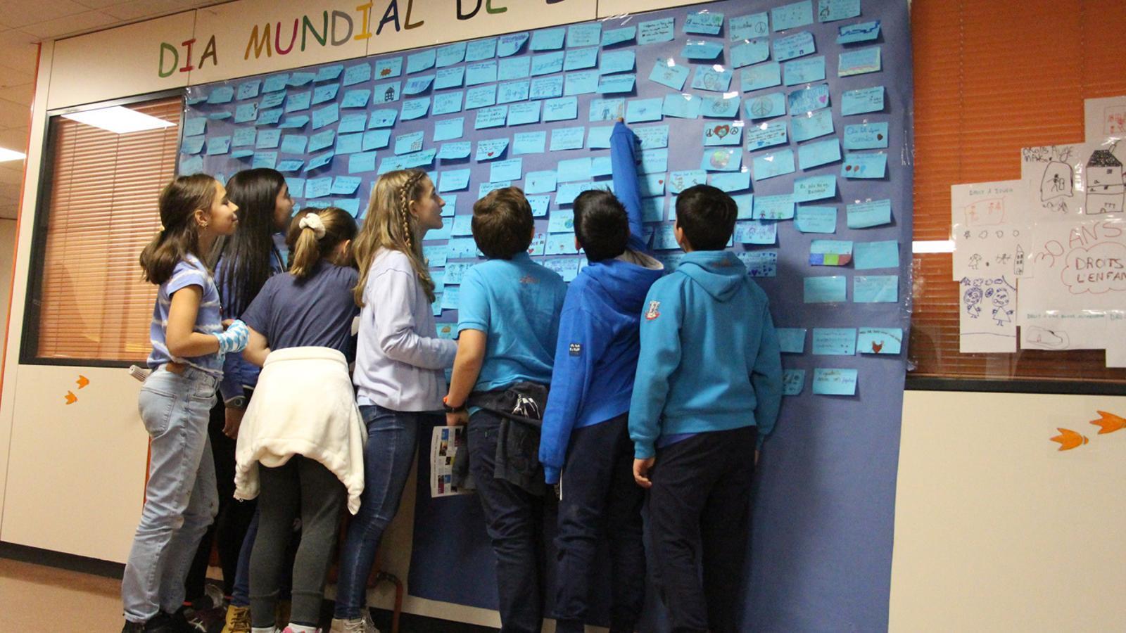 Els escolars d'Encamp davant el mural on han enganxat les seves inquietuds i drets. / M. P. (ANA)