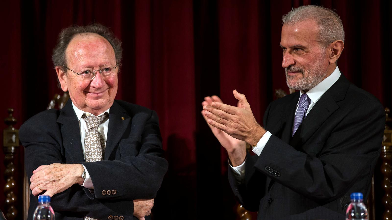 El rector de la Universitat de València, Esteban Morcillo, ha lliurat la Medalla de la institució a l'antropòleg Joan Francesc Mira.