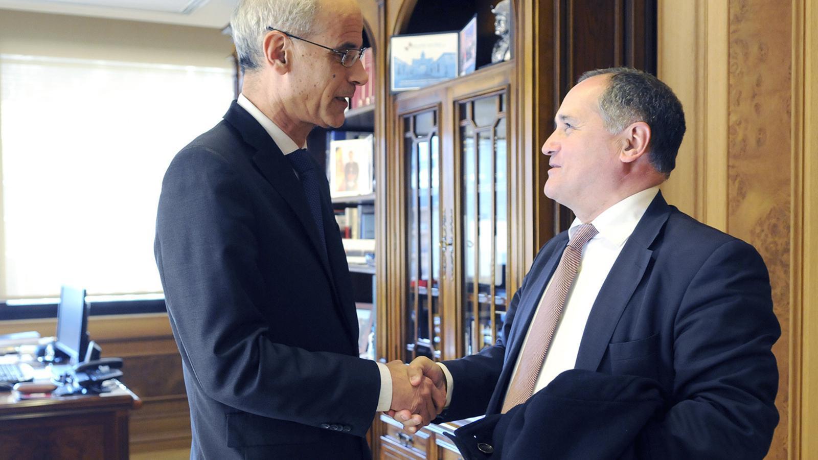 El cap de Govern Toni Martí saluda al diputat portuguès Paulo Pisco. / SFG