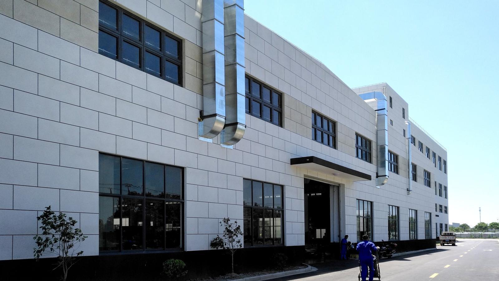 Pla general de la façana de la filial GSLT de Girbau, en una imatge del passat abril.