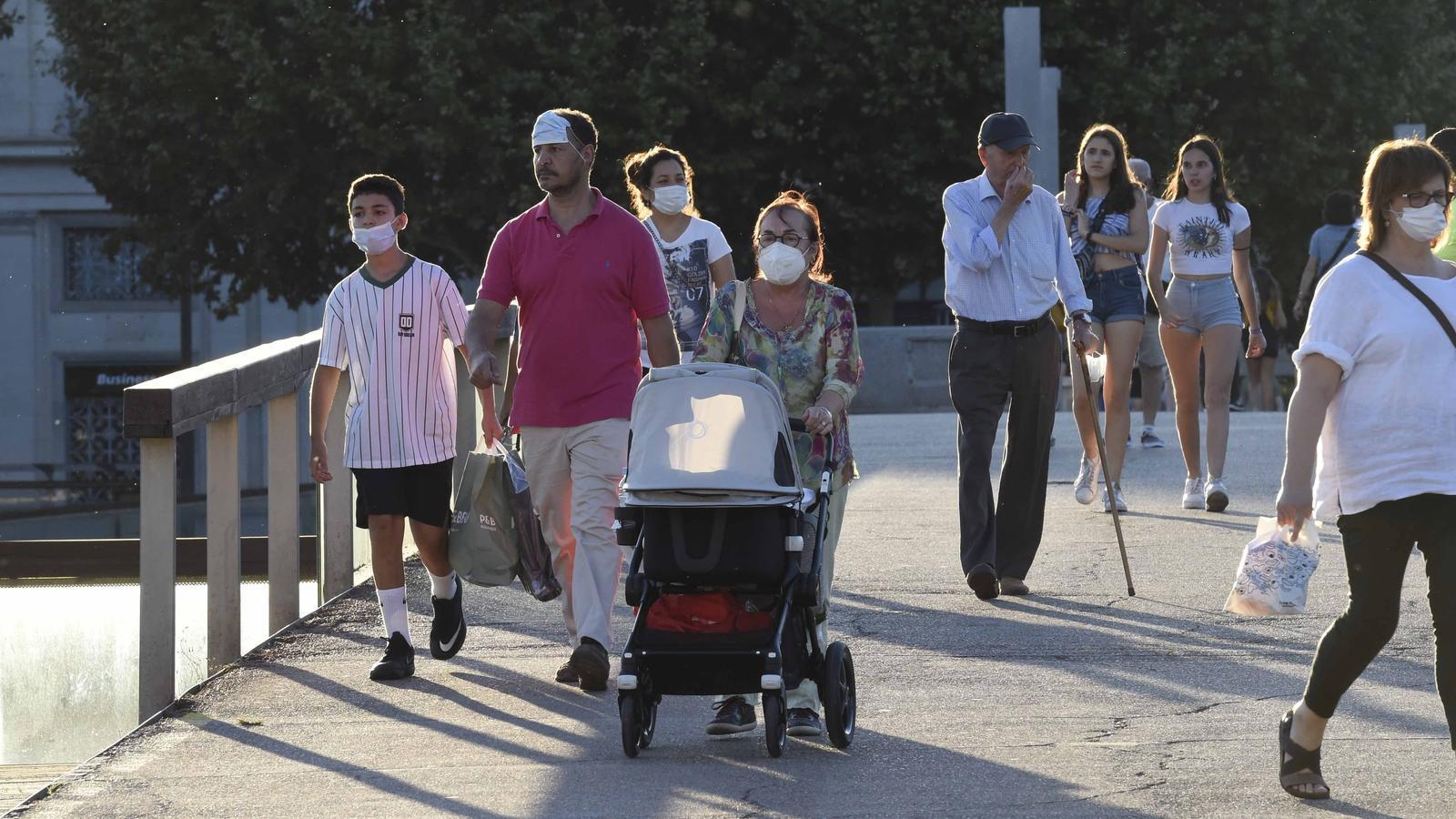Ciutadans passejant per Lleida hores abans que el Govern decidís decretar el confinament perimetral del Segrià / SANTI IGLESIAS