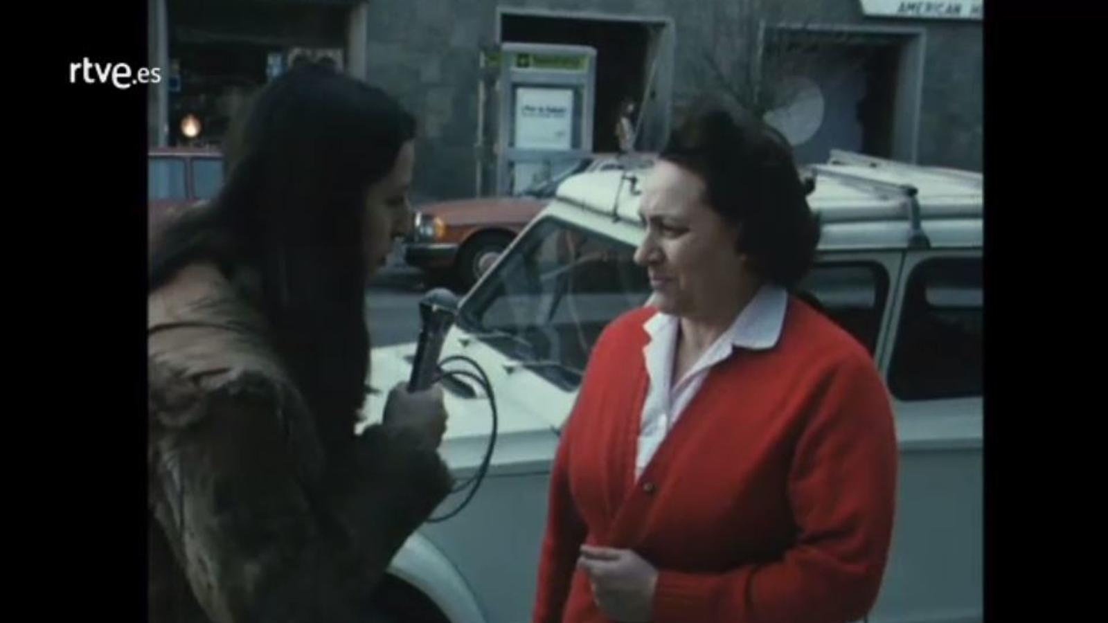 Carme Forcadell fent de reportera al programa 'Giravolt' de TVE, el 1978