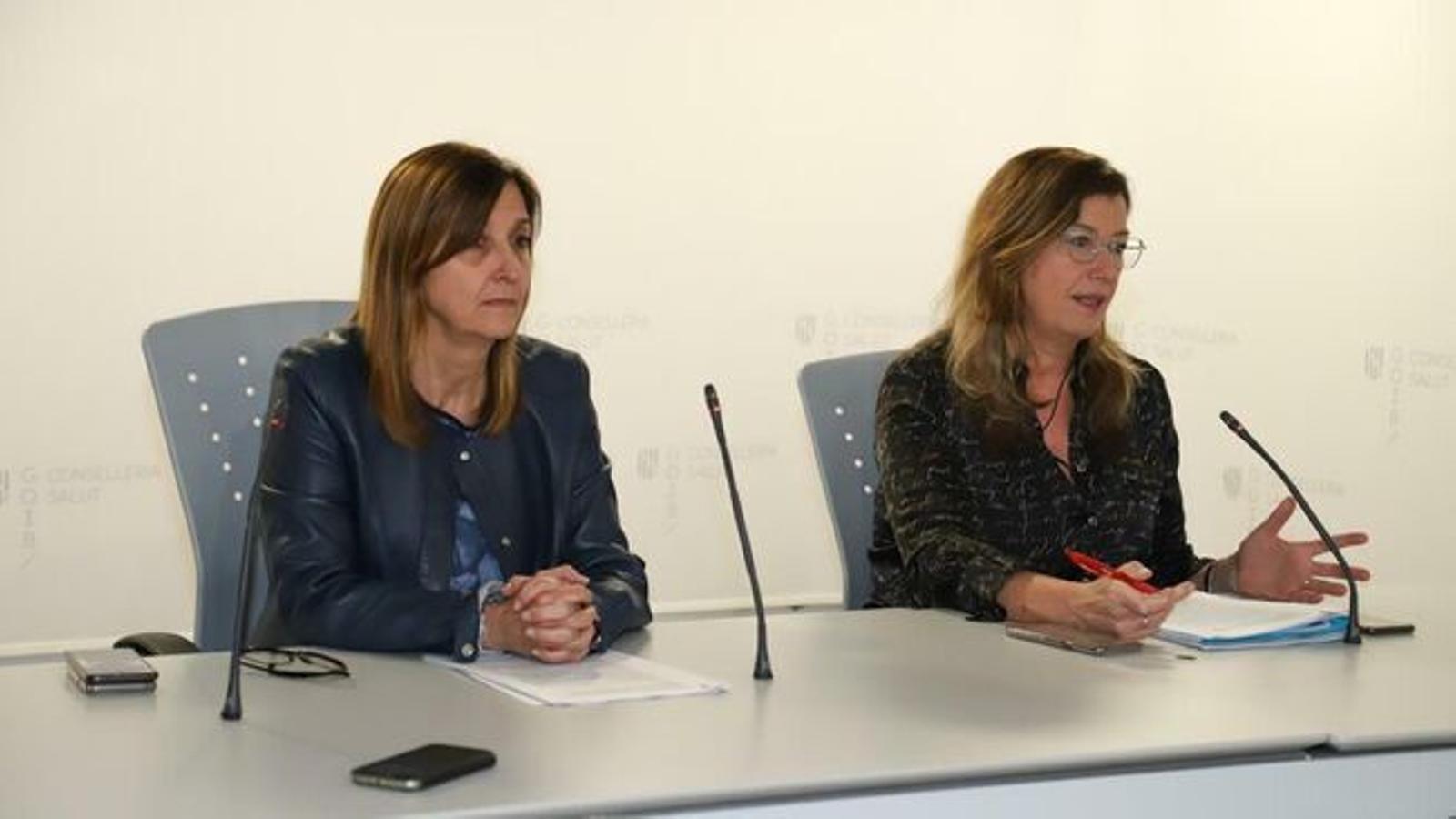 La consellera de Salut, Patrícia Gómez, i la directora de Salut, Maria Antònia Font. / ISMAEL VELÁZQUEZ
