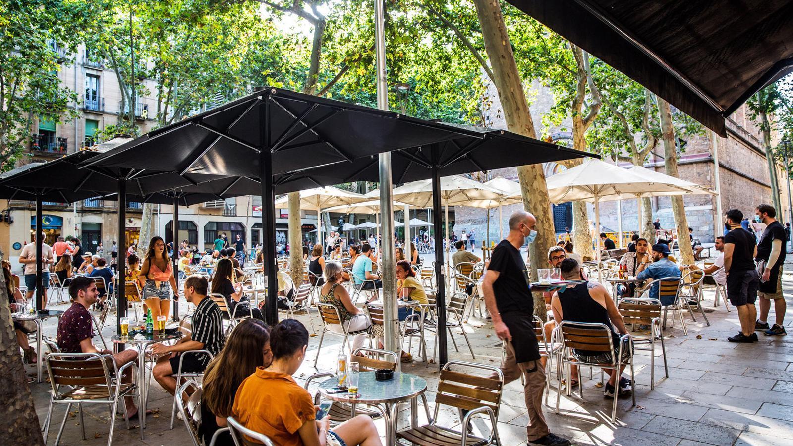 Una terrassa de la plaça de la Virreina de Gràcia el primer dia de la mascareta obligatòria.