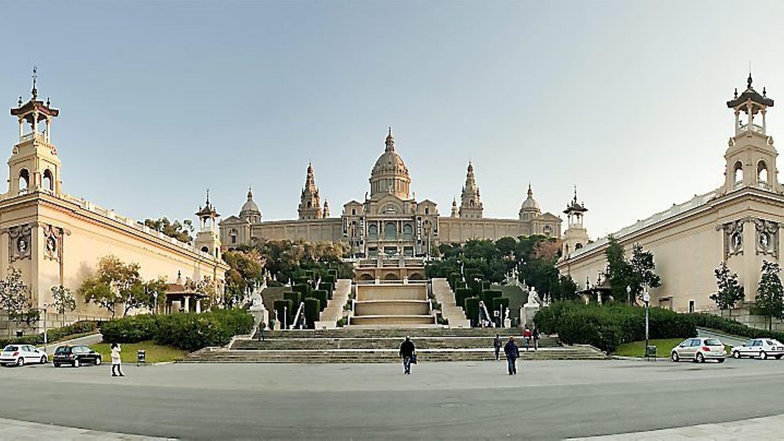 El Museu Nacional d'Art de Catalunya amb els palaus d'Alfons XIII i Victòria Eugènia als peus.