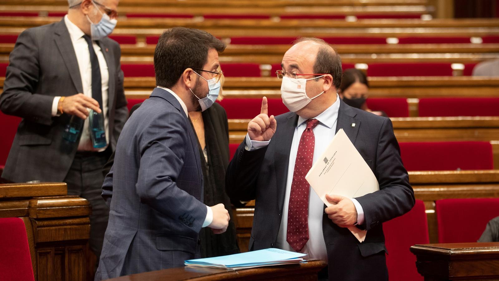 El president en funcions de la Generalitat, Pere Aragonès (ERC), amb el primer secretari del PSC, Miquel Iceta, la setmana passada al Parlament durant el darrer ple de la legislatura.