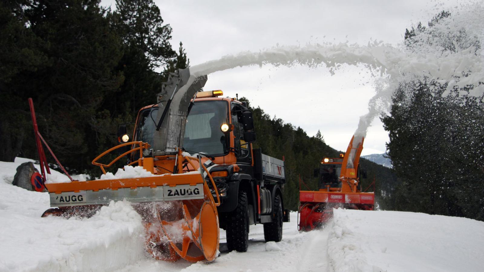 Treballs de treta de neu al Coll d'Ordino amb l'ajuda d'una turbina, la setmana passada. / C. G. (ANA)