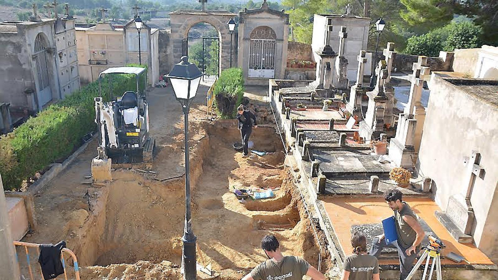 El cementiri vell de Calvià, completament obert amb les fosses individuals dels enterraments ordinaris.