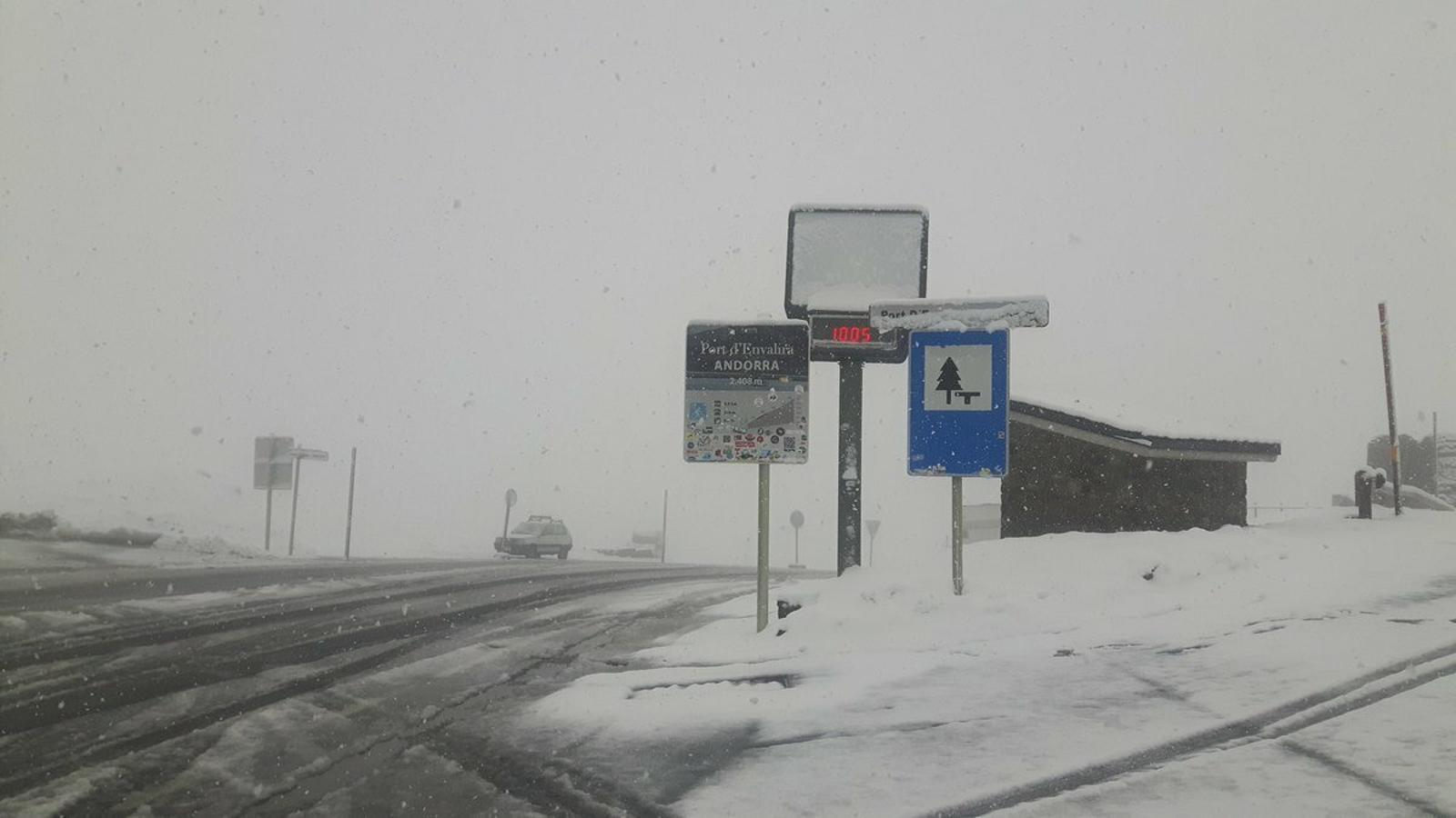 La important nevada al Port d'Envalira aquest matí. / METEO.AD
