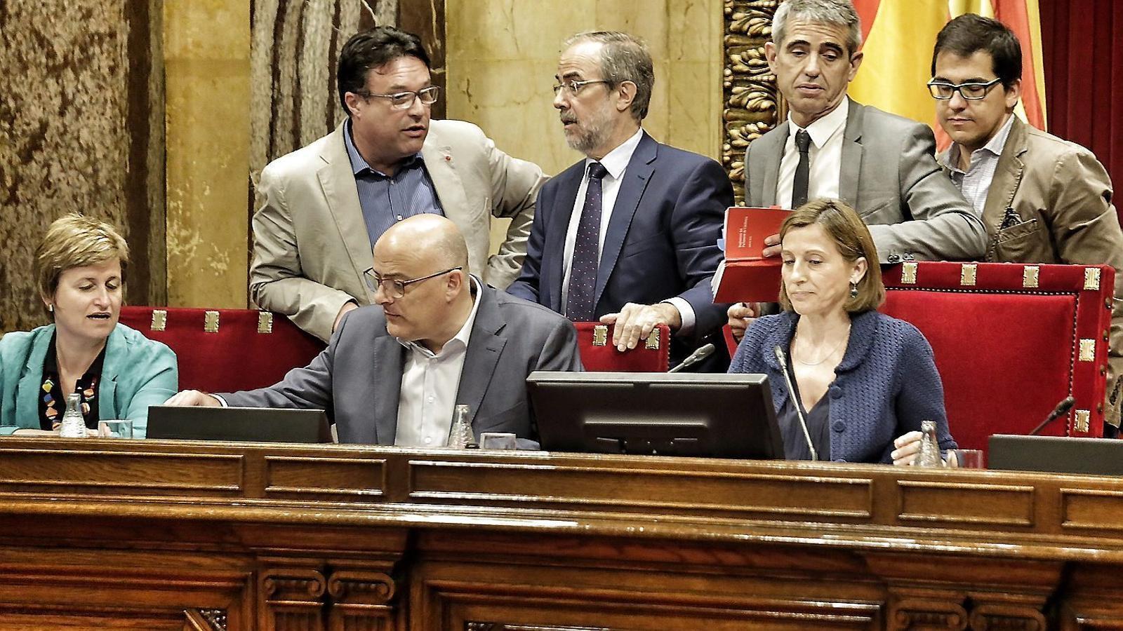 Els lletrats del Parlament debatent amb la mesa durant el debat de les conclusions de la comissió del procés constituent al ple. / PERE VIRGILI