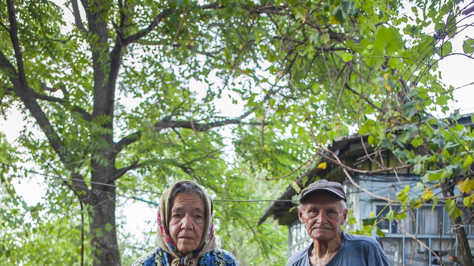 Ivan i Maria, un antic 'liquidador' de Txernòbil (va participar en la construcció del sarcòfag). La parella va tornar a viure a la zona clandestinament : RAMON USÓ  .jpg