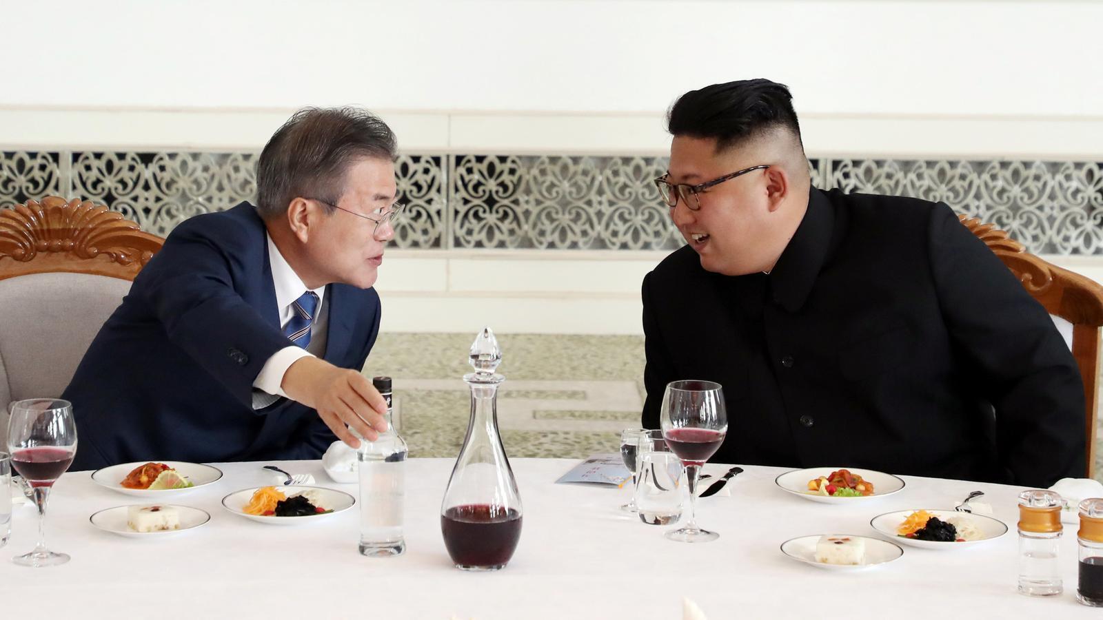Els dos presidents coreans conversen mentre dinen a la cimera de Pyongyang