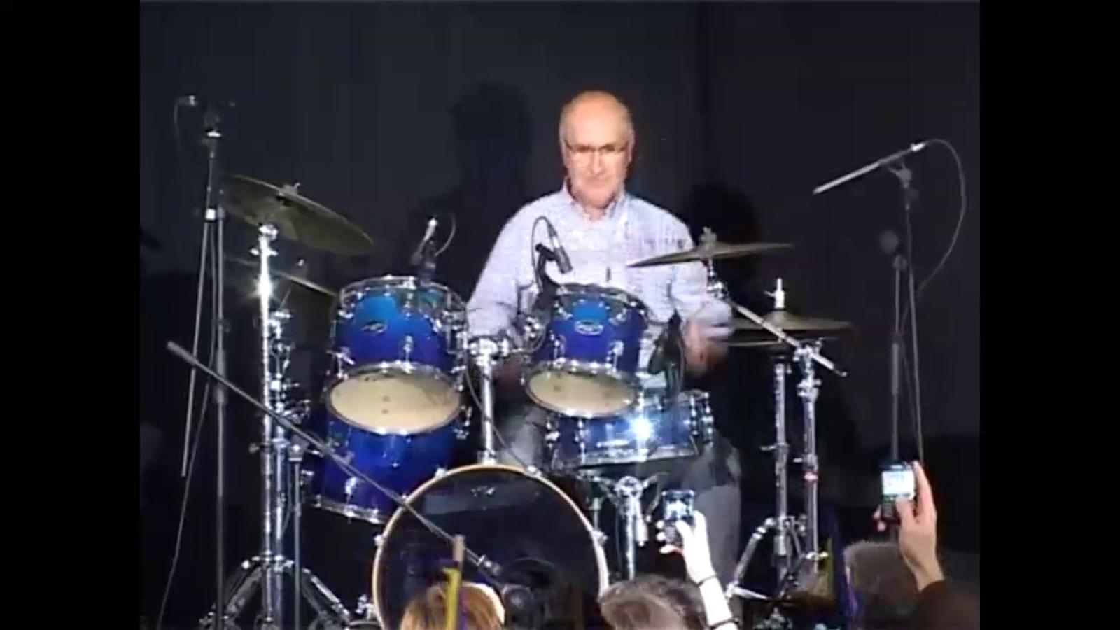 Duran sorprèn les joventuts de CiU amb els seus dots musicals amb la bateria