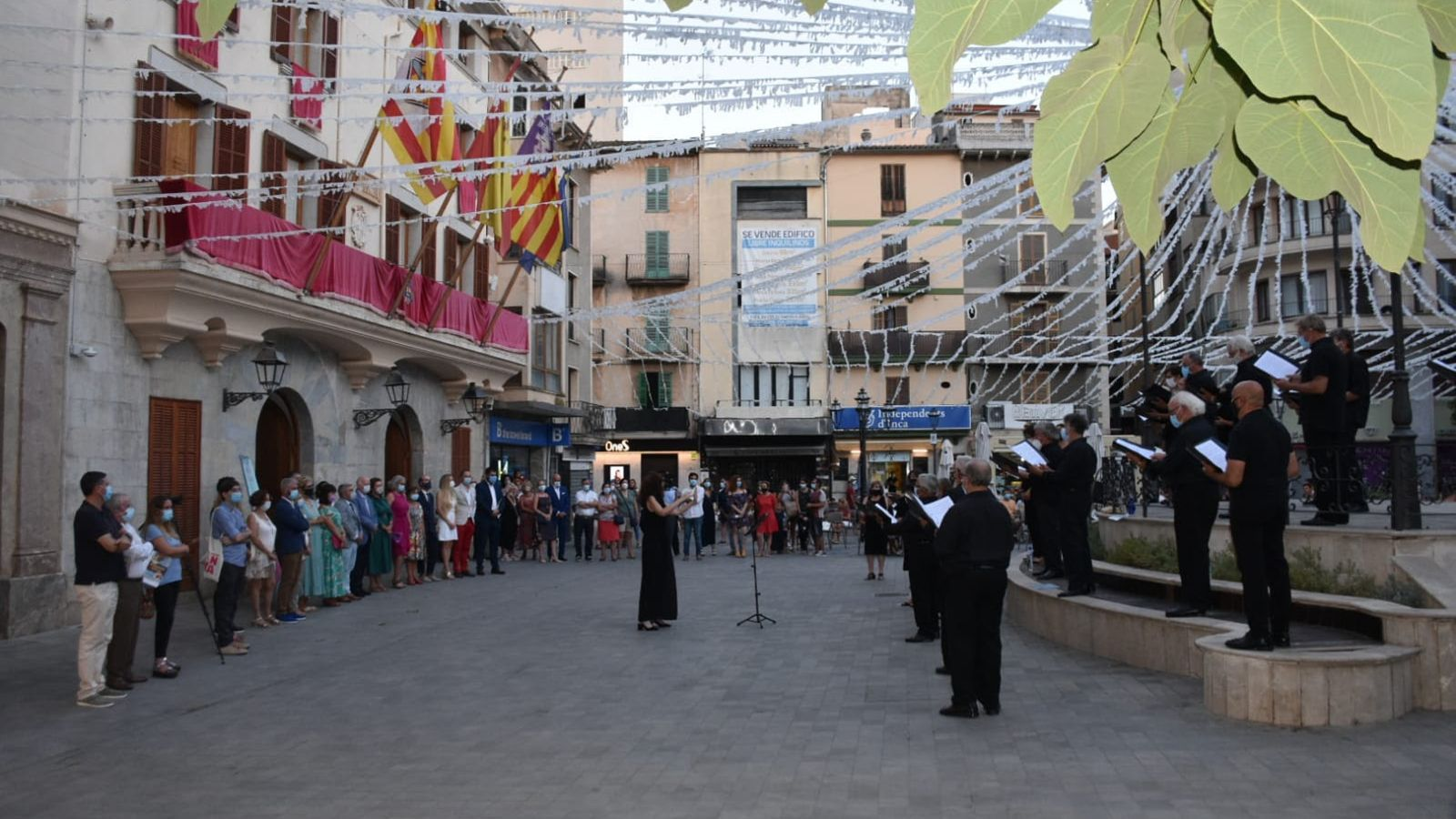 Actuació de l'Orfeó l'Harpa d'Inca, davant la casa consistorial.