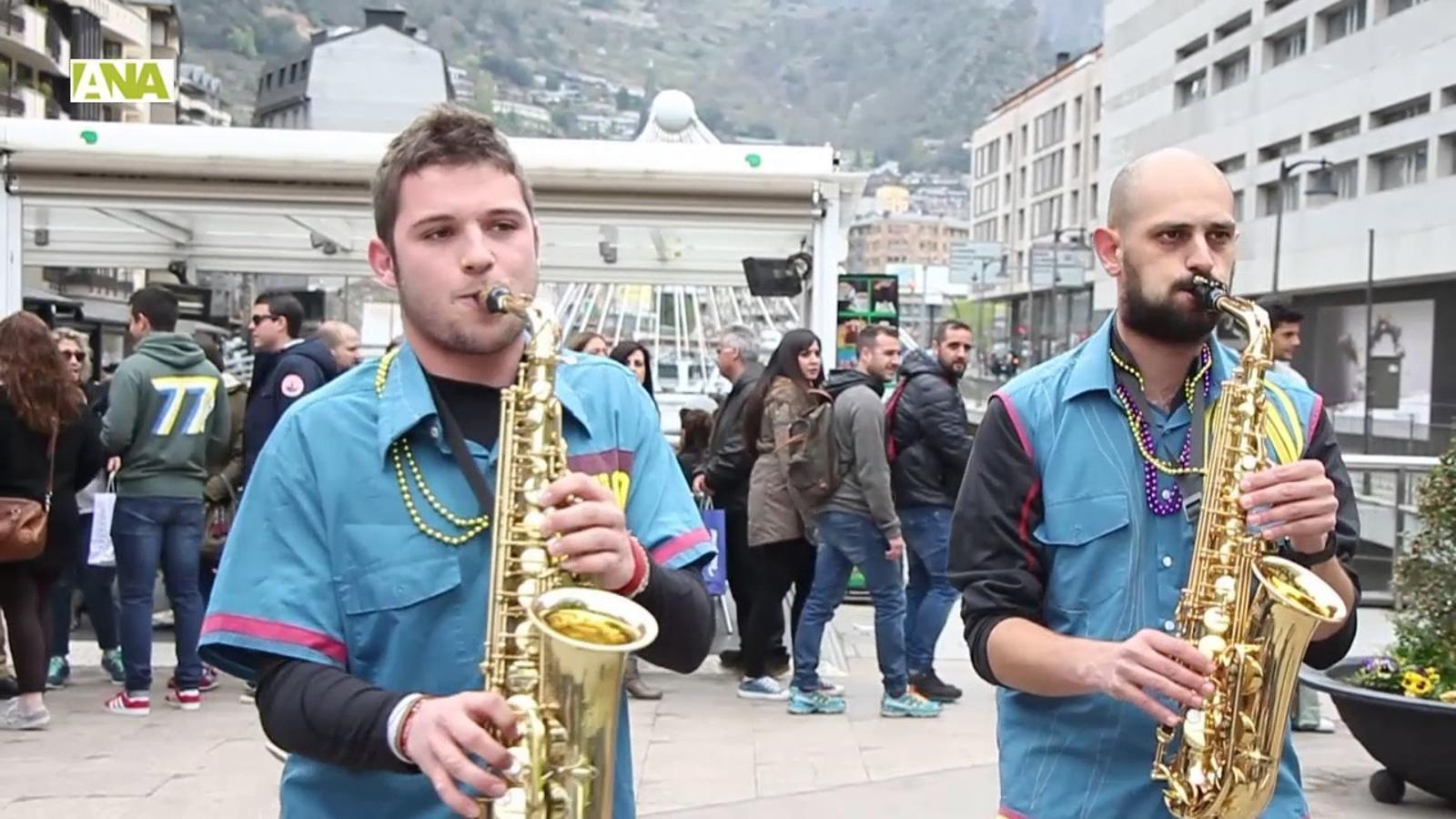 Els ritmes de la xaranga omplenen els carrers d'Andorra la Vella