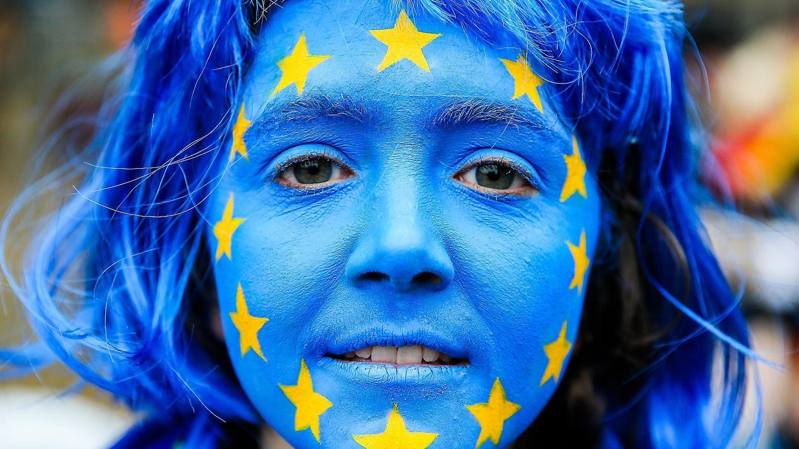 Una manifestant durant una protesta a Brussel·les.