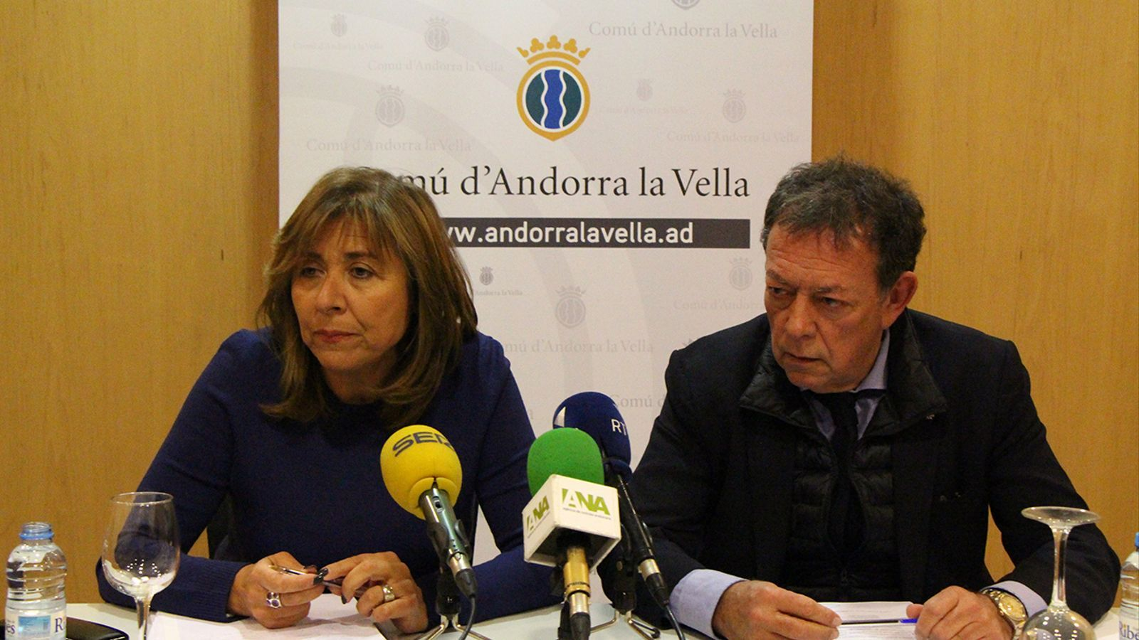 La cònsol major d'Andorra la Vella, Conxita Marxol, i el cònsol major de Sant Julià de Lòria, Josep Miquel Vila, durant la roda de premsa posterior a la reunió de cònsols. / M. M. (ANA)