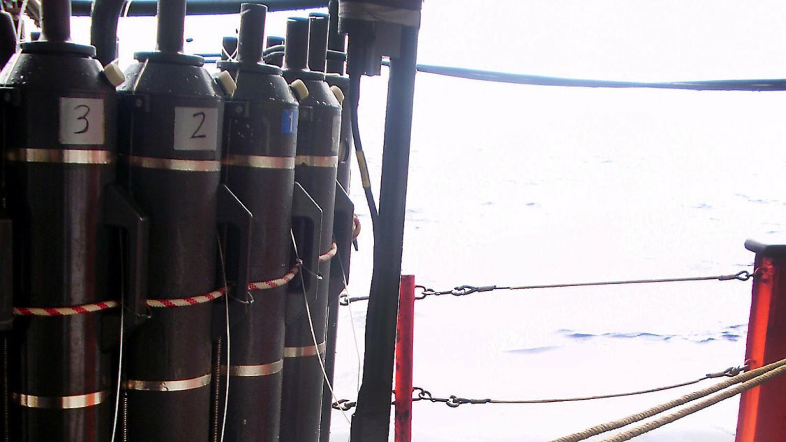 La científica Cristina Romera prepara un aparell per agafar mostres  d'aigua marina a la coberta del vaixell oceanogràfic García del Cid.