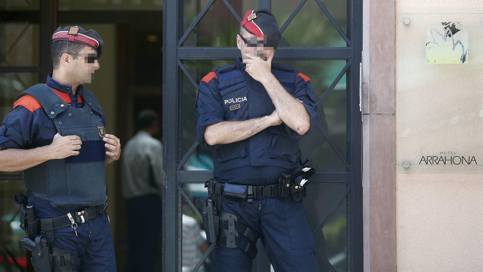 Dos agents dels Mossos, en un dels escorcolls d'ahir en el marc de l'operació contra una màfia xinesa