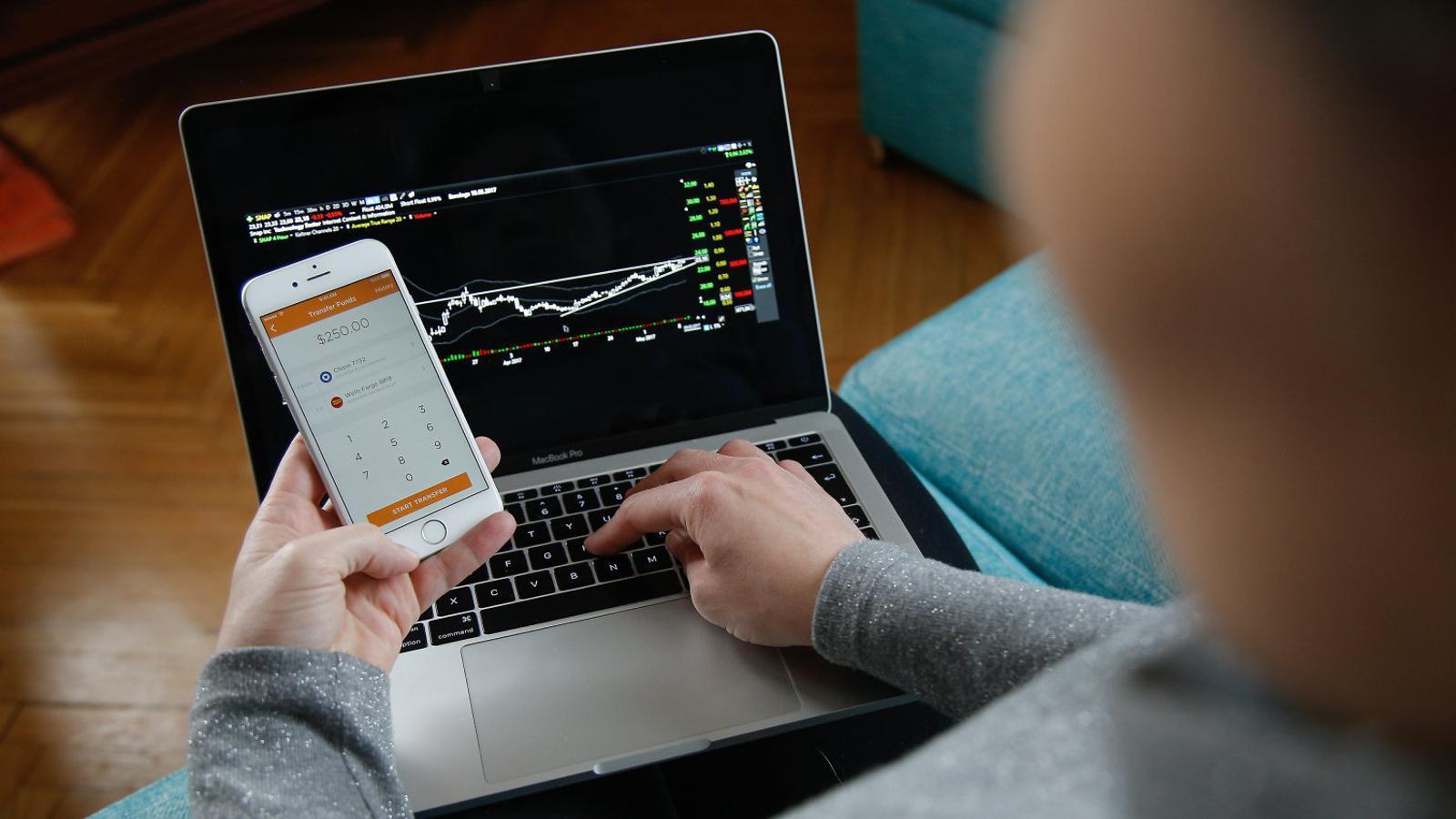 Una usuària utilitzant una aplicació mòbil que substitueix el banc en el control de les finances personals.