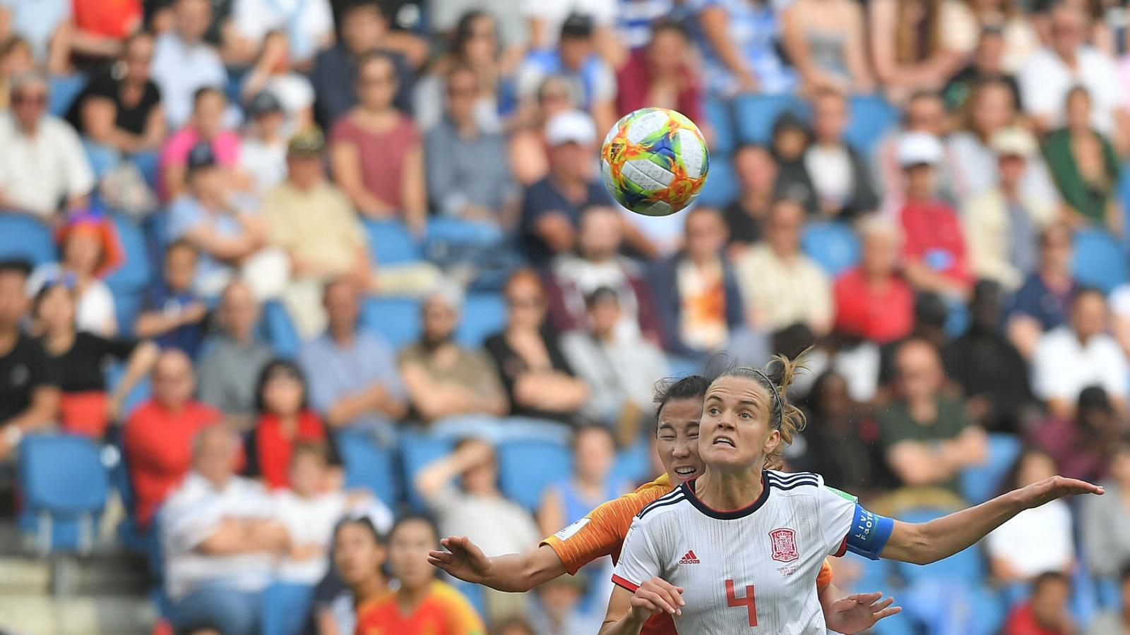 Irene Parades disputant una pilota en l'empat contra la Xina.