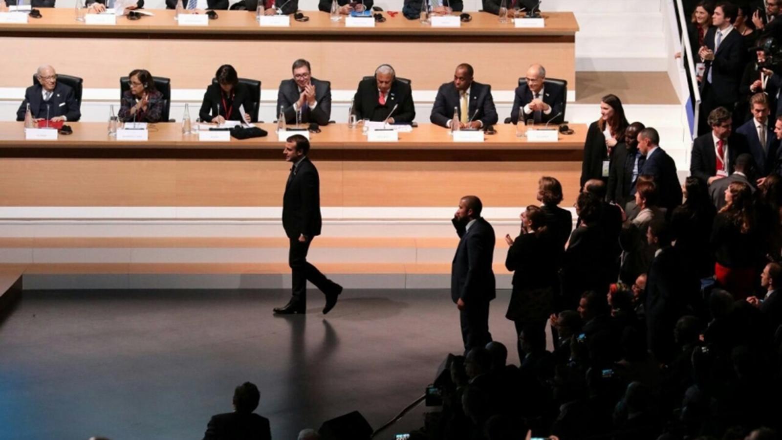 El copríncep francès i president de la República Francesa, Emmanuel Macron, en el moment de passar davant el cap de Govern, Toni Martí, durant la cimera. / ELISI
