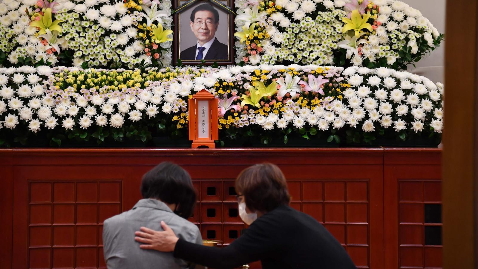 Altar en record memòria de l'alcalde de Seül, instal·lat als afores d l'ajuntament de la ciutat