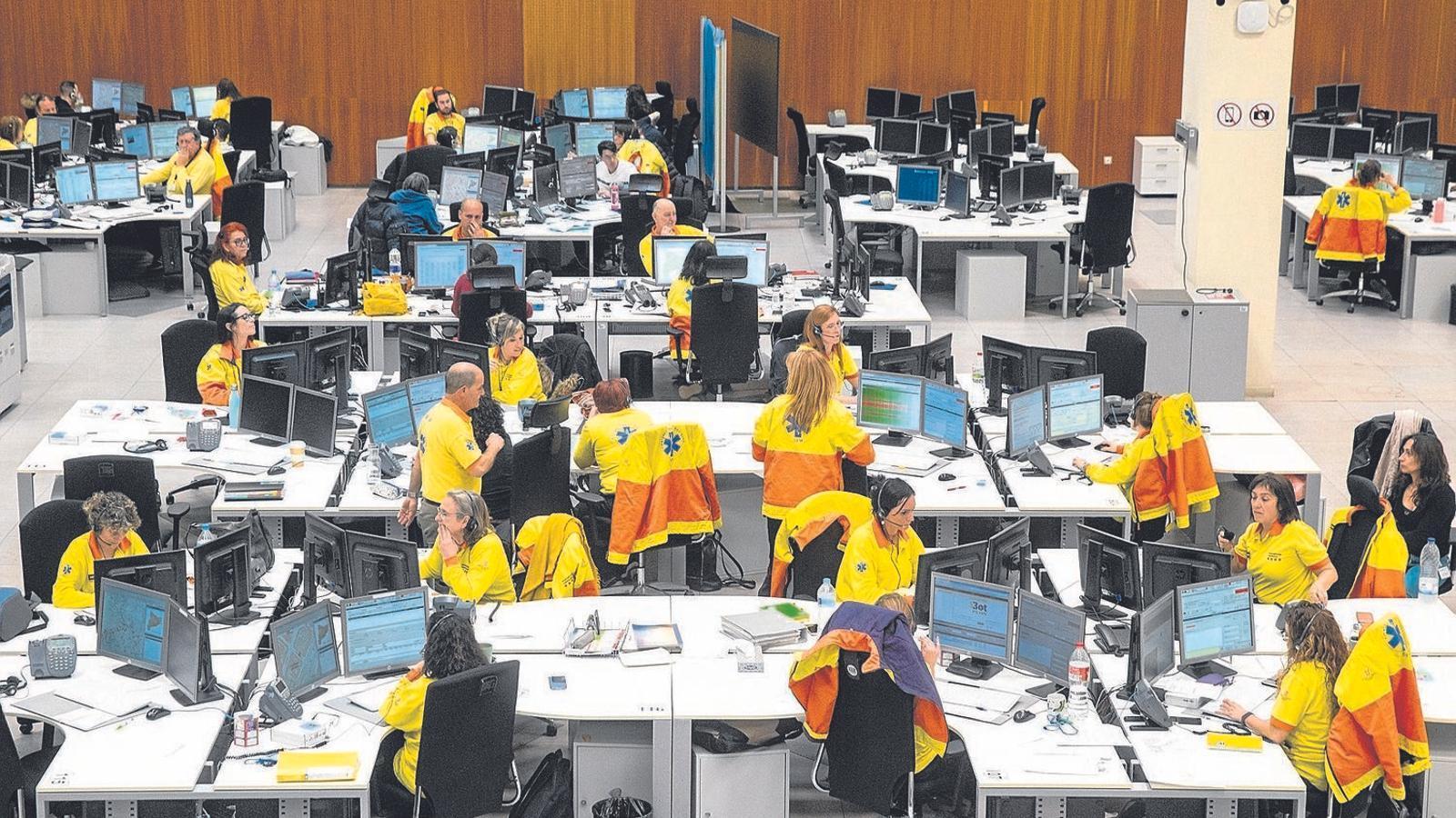 El personal del servei del telèfon de salut a Catalunya, el 061 CatSalut Respon, atén un miler de trucades diàries sobre el coronavirus.