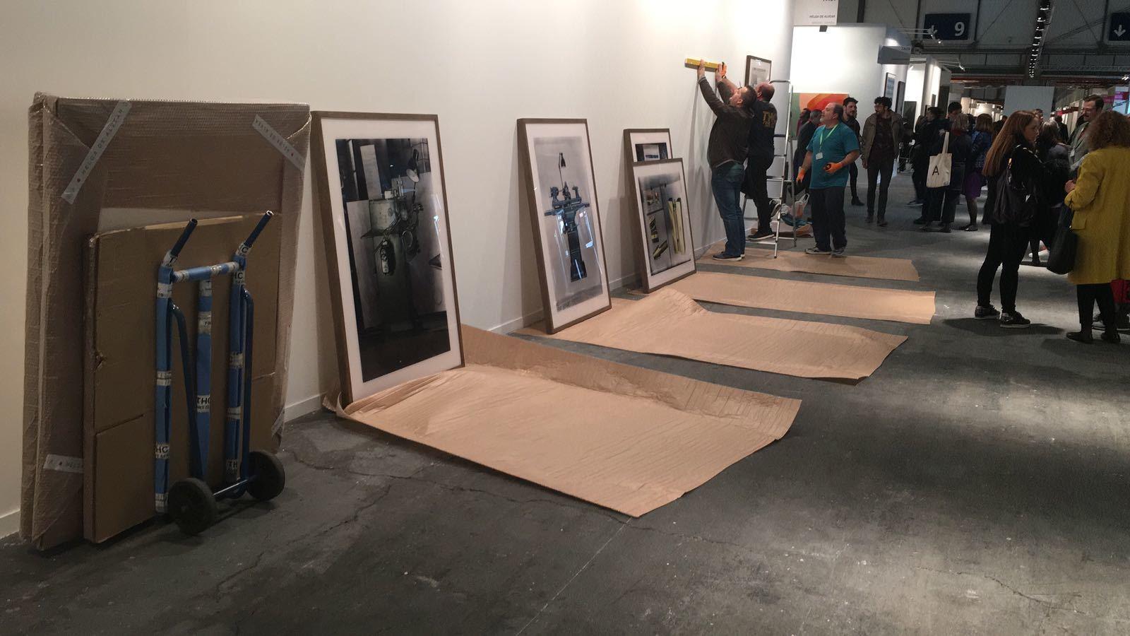 Operaris instal·lant les obres de Thomas Ruff en substitució de l'obra de Santiago Sierra