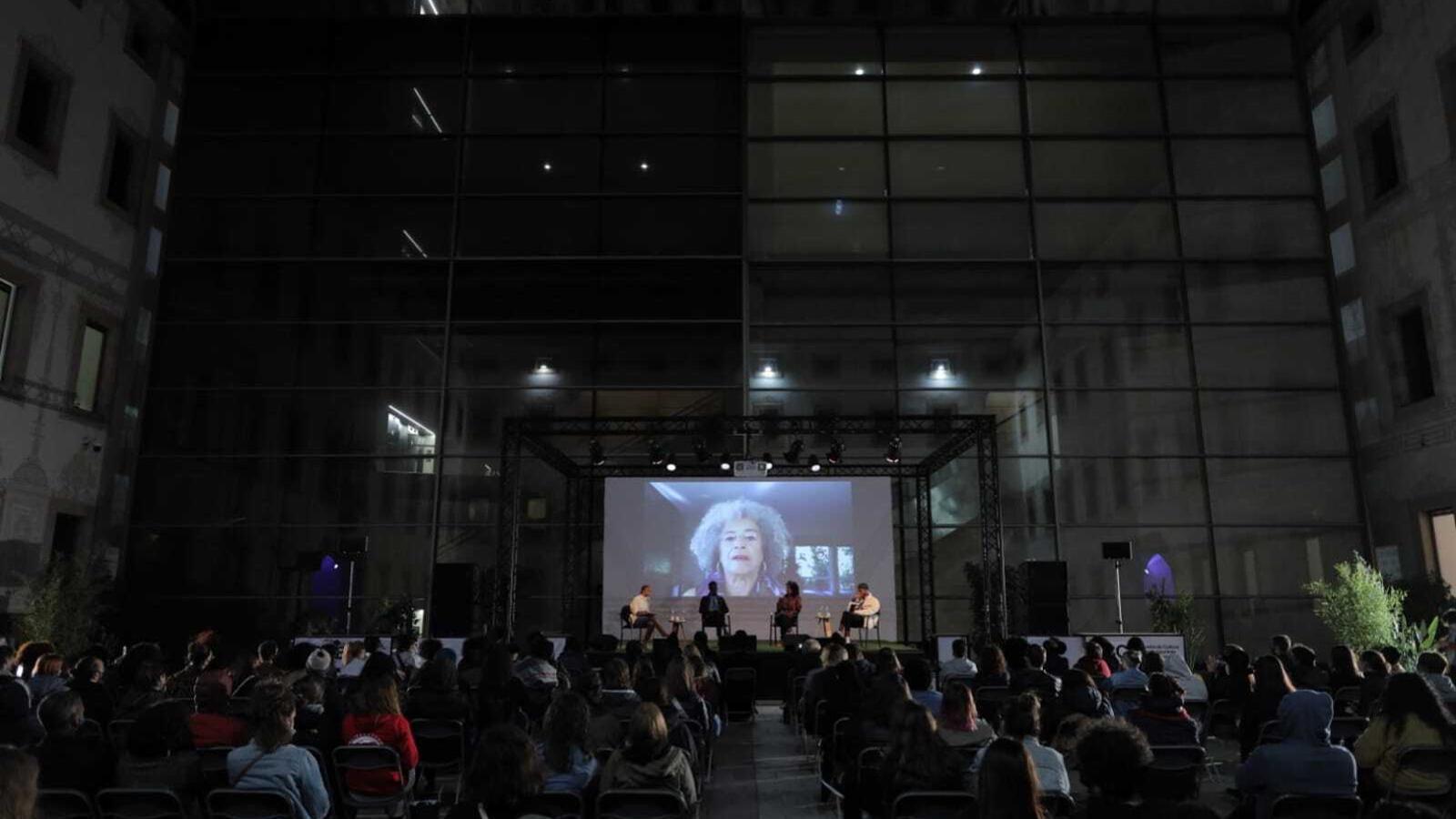 Un instant de la intervenció d'Angela Davis al CCCB