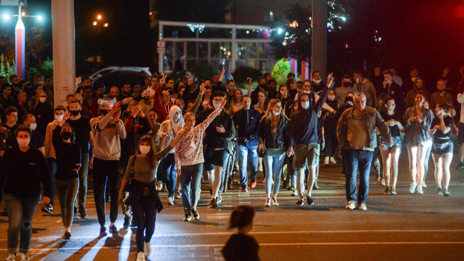 ls manifestants avancen per un carrer durant una manifestació després de les eleccions presidencials, a Minsk, Bielorússia