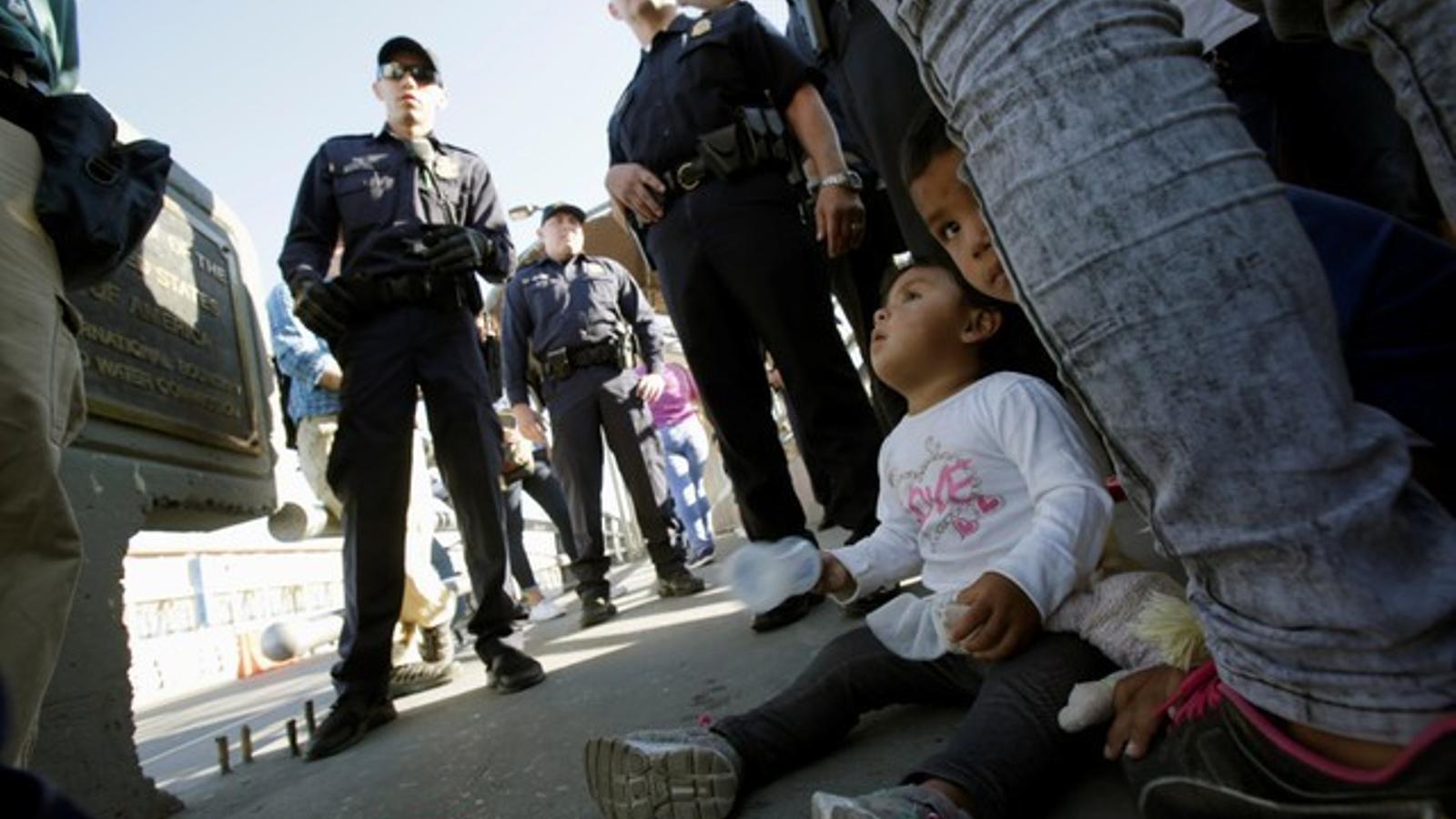 Nens immigrants aturats a la frontera amb les seves famílies en intentar creuar als Estats Units des de Mèxic.