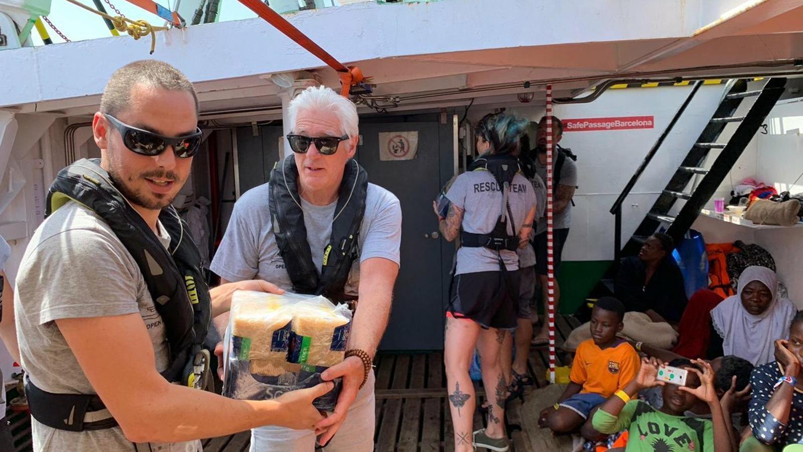 Richard Gere porta menjar al vaixell d'Open Arms, que encara espera port
