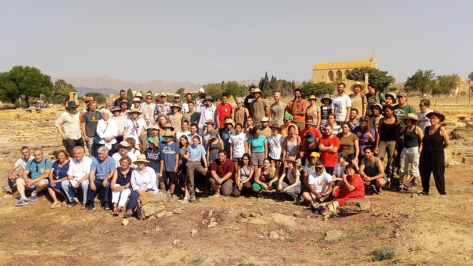 Imatge del grup que està treballant a diversos punts del jaciment romà.