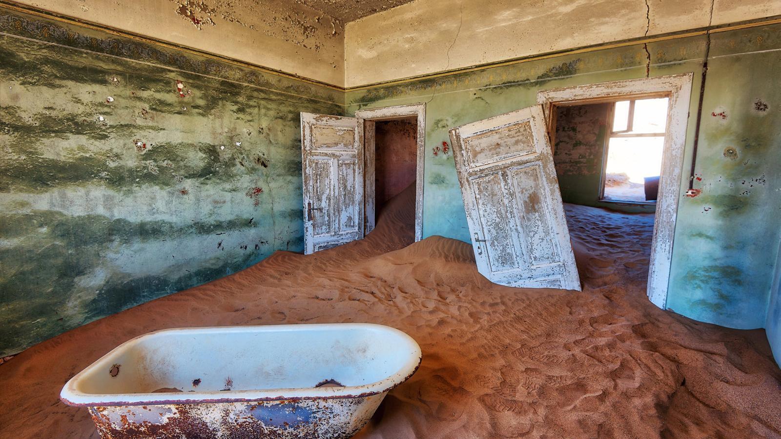 Els guies del museu en què s'ha convertit Kolmanskop adverteixen els visitants que no es deixin enlluernar per la bellesa i estiguin atents quan decideixen entrar a les cases que malgrat el vent, la sorra i el pas d'anys en solitud resisteixen dretes. I una cosa, els pocs vidres que sobreviuen no estan bruts, insisteixen, només tenen un tel de sorra.